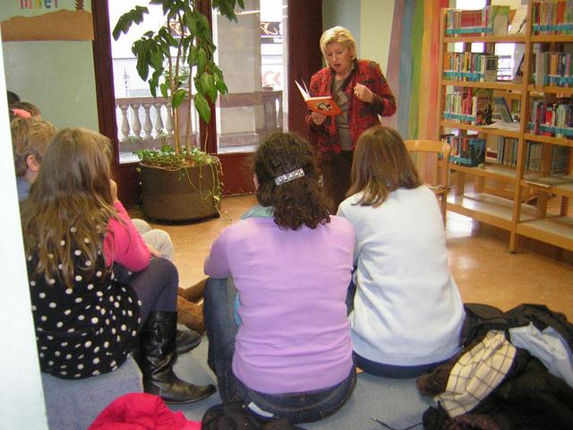 Séance de lecture de Mme Catherine Citerneschi à Karlsruhe (67), à l'occasion de séances de lecture organisées pour des élèves